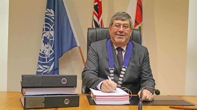 Mayor Allan Sanson signs the Proposed Waikato District Plan